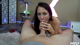 Mature shows off her porn skills in a wonderful POV